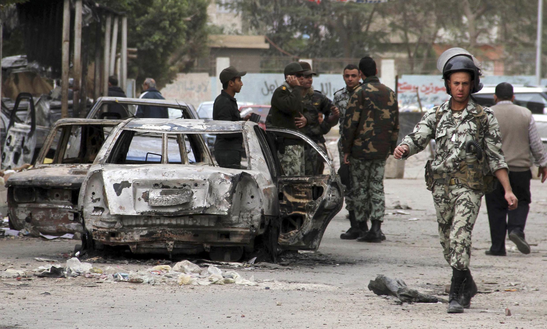 Quân đội Ai Cập tăng cường kiểm soát sau khi một đồn cảnh sát tại Suez bị đốt phá (REUTERS /Stringer)