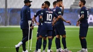 Apesar da lesão, Kylian Mbappé, se mostrou otimista ao lado dos colegas do PSG após vitória na Copa da França
