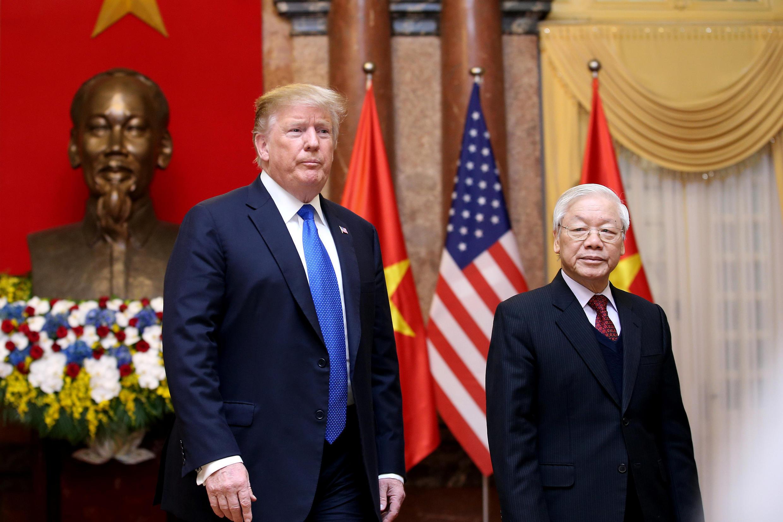 Tổng thống Mỹ Donald J. Trump (t) và chủ tịch nước Việt Nam Nguyễn Phú Trọng tại Hà Nội (Việt Nam) ngày 27/02/2019.