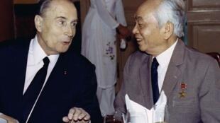 Tổng thống Pháp François Mitterrand (T) và đại tướng Võ Nguyên Giáp trong một cuộc hội ngộ tại Hà Nội, 09/02/1983.