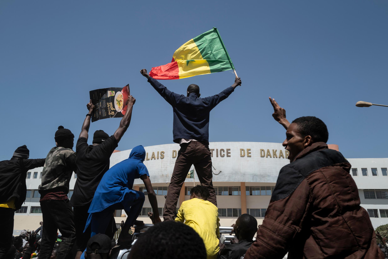 Des manifestants le 8 mars 2021 devant le Palais de justice de Dakar.