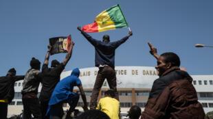 Au Sénégal, des manifestants le 8 mars 2021 devant le palais de justice de Dakar.