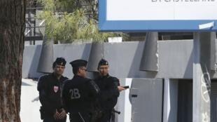 Políciais vigiam o bairro de La Castellane nesta manhã.