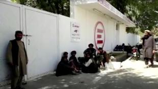 Les proches de victimes ayant participé à un mariage, dans la cour des urgences d'un hôpital de la province du Helmand, le 23 septembre.