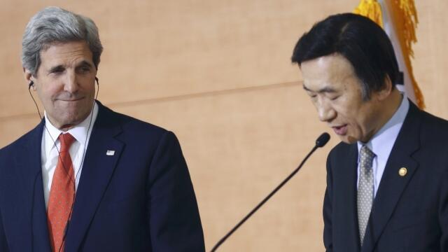 O secretário de estado americano, John Kerry (à esq.) observa o ministro sul-coreano das Relações Exteriores, Yun Byung-se, durante entrevista coletiva nesta sexta-feira, em Seul.