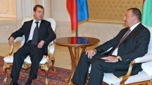 Thủ tướng Nga Dmitry Medvedev và Tổng thống Azerbaijan Ilham Aliev tại Baku - Reuters