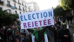 En parallèle du scrutin, des manifestants ont défilé dans les rues d'Alger le jeudi 12 décembre pour redire leur opposition à la tenue de ce scrutin.