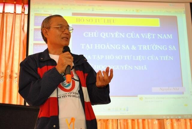 Tiến sĩ  Nguyễn Nhã thuyết trình tại Hà Nội ngày 24/9/2011.