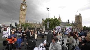 Manifestation près du Parlement britannique à Londres, le 8 juillet 2015.
