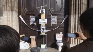 Installations d'objets de première nécessité liés à l'eau courante par la Fondation Abbé-Pierre sur la porte de l'hôtel de ville de Marseille en février 2015.