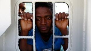 Migrants sur le pont du bateau de sauvetage de Medecins sans frontières à leur arrivée à Trapani, en Sicile après la traversée de la Mediterranée condérée comme la plus meurtrière pour les candidats à l'exil. </br>Photo: le 9 août 2015