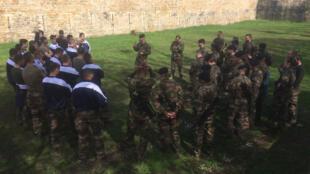 En France, le service national a disparu en 1999, mais la réserve permet à ceux qui le souhaitent de participer à la defense de leur pays. Ici lors de la formation «Mission sentinelle» du 24e Régiment d'Infanterie.