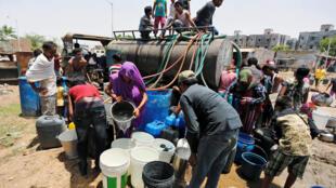 Alors que la canicule frappe l'Inde, des résidents remplissent leurs conteneurs vides avec de l'eau d'une citerne, le 11 mai 2016.