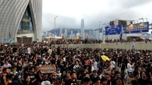 Протестующие прошли по туристическому кварталу Чимсачей в направлении железнодорожному вокзалу West Kowloon
