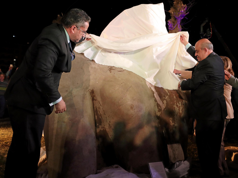 Les ministres égyptiens du Tourisme et des Antiquités, Yehia Rashed (d) et Khaled al-Anani, dévoilent le buste du colosse qui pourrait représenter le pharaon Psammétique Ier, le 16 mars 2017.