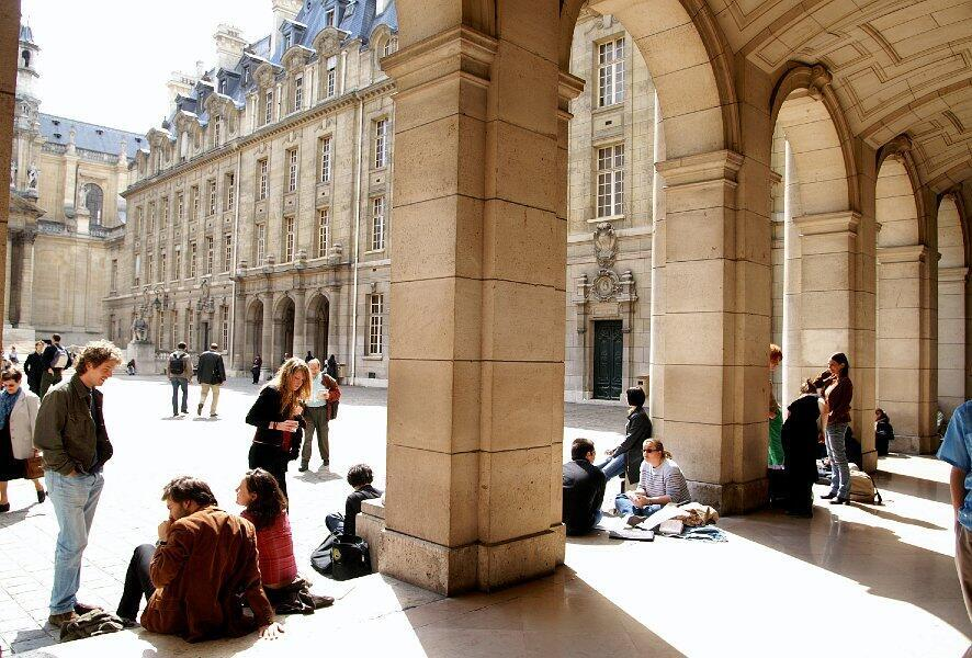 Os estudantes que ingressam este ano no mercado de trabalho vão contar com incentivos do governo para não ficarem desempregados em meio à pandemia do coronavírus. Foto: Universidade Sorbonne, em Paris
