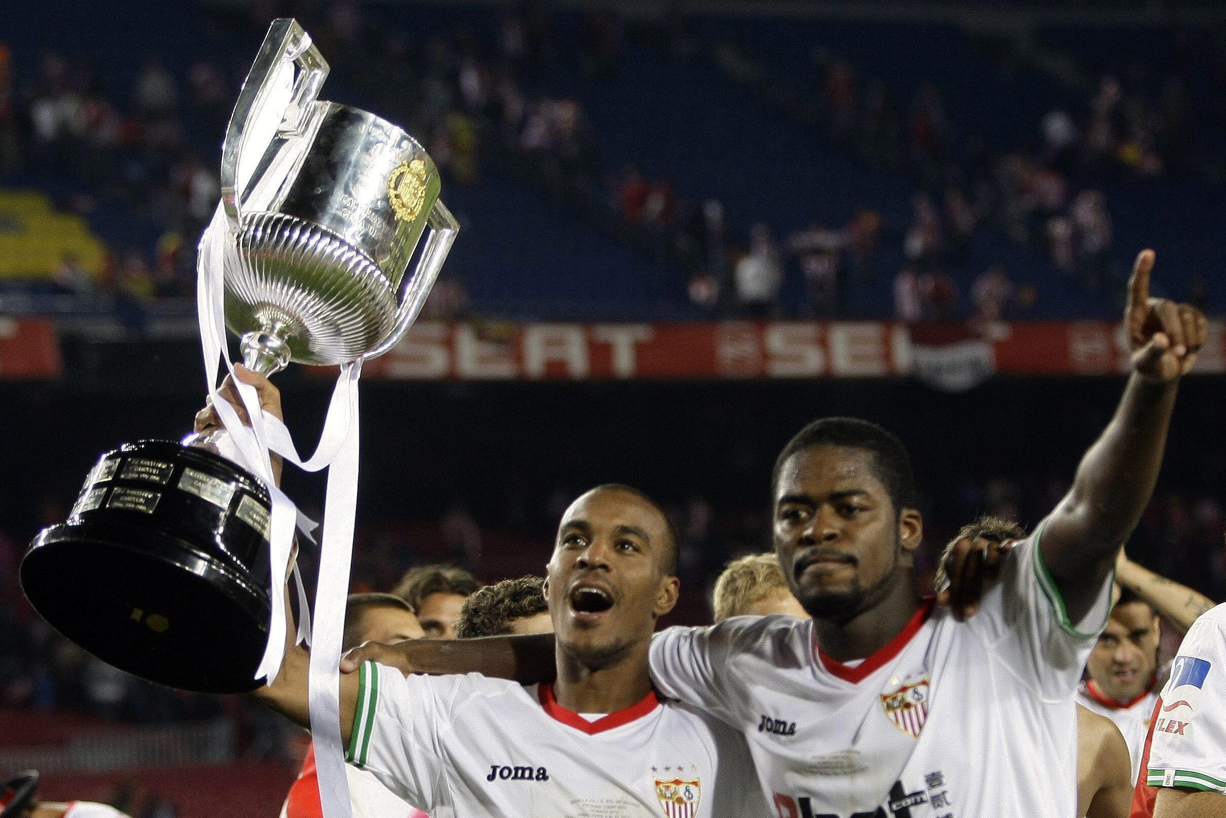 Romaric (à droite) et Abdoulaye Konko soulèvent la Coupe du Roi d'Espagne.