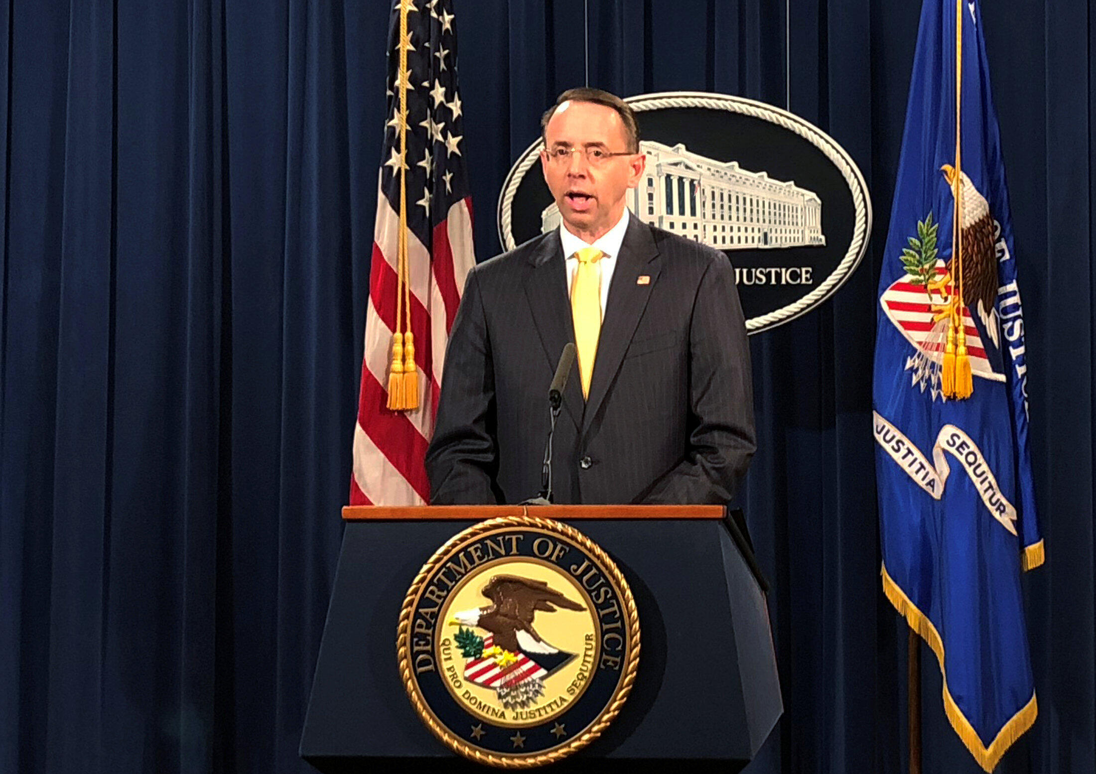 Procurador-geral adjunto dos Estados Unidos, Rod Rosenstein, acusa de 13 russos de interferência nas eleições de 2016 durante conferência no Departamento de Justiça, em 16 de fevereiro de 2018.