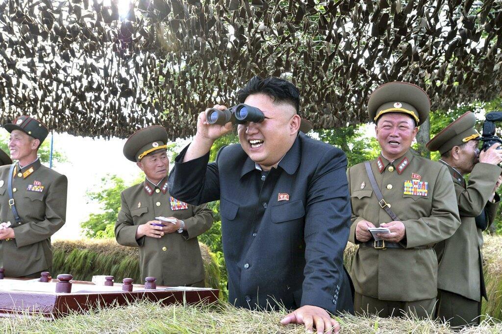 Photo non datée du leader nord-coréen Kim Jong-un en visite d'inspection dans un centre militaire.