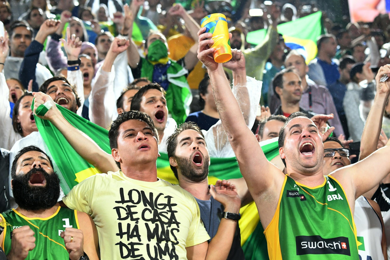 Festifs, les supporters brésiliens ont mis tout leur cœur pour encourager leur équipe de beach volley lors de la finale homme des Jeux olympiques à Rio, le 18 août 2016