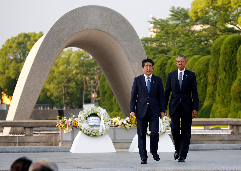 Tổng thống Mỹ Barack Obama (P) và thủ tướng Nhật Bản Shinzo Abe đặt hoa tưởng niệm nạn nhân tại Công viên Tưởng niệm Hòa bình Hiroshima, ngày 27/05/2016.