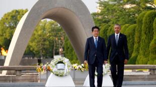 奧巴馬與安倍兩人在廣島紀念碑前