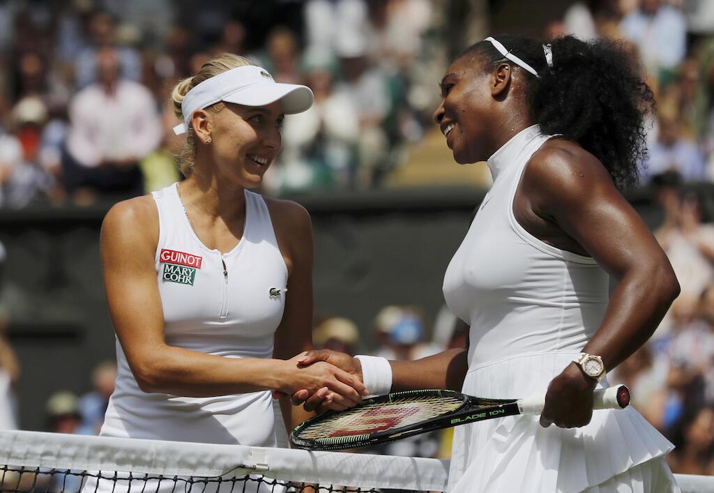Mchezaji tenesi raia wa Marekani, Serena Williams akimpongeza Elena Vesnina baada ya kumshinda kwenye hatua ya nusu fainali ya michuano ya Wimbledon, 7 Julai, 2016