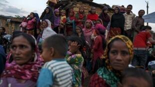 A população do Nepal está sofrendo com a penúria de alimentos, abrigos e água potável.