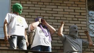 Сторонники группы Pussy Riot на козырьке здания напротив здания суда, где идет процесс 03/08/2012