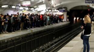 Cảnh chờ tàu điện ở trạm Gare du Nord, Paris, Pháp, ngày đình công, 13/09/2019.