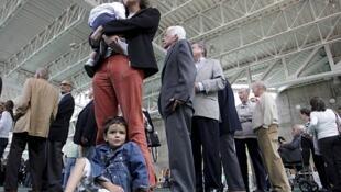 Colombianos esperaban para votar el domingo en Bogotá.