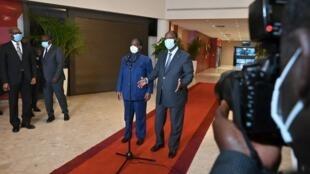 Le président ivoirien Alassane Ouattara (à droite) et Henri Konan Bédié (à gauche), le 11 novembre 2020.