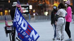 Des supporteurs du candidat démocrate Joe Biden se regroupent dans le centre de Chicago, dans l'Illinois, le 3 novembre 2020.