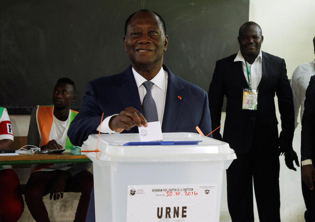 Presidente Alassene  Ouattara, quando votava  em 30 de Outubro de 2016 para a presidencial da Costa do Marfim