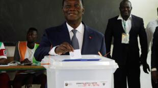 Rais wa Ivory Coast, Alassane Ouattara, wakati akipiga kura kuidhinisha mabadiliko ya katiba mpya ya nchi hiyo,  October 30, 2016.