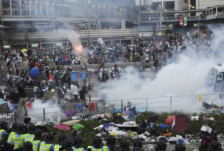 La police de Hong Kong a fait usage de gaz lacrymogène dimanche à l'encontre de dizaines de milliers de manifestants qui ont envahi une importante voie de circulation et  paralysé une partie du centre-ville.