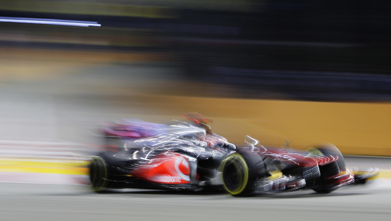 El británico Jenson Button durante los ensayos libres en el circuito de Singapur, este 21 de septiembre de 2012.
