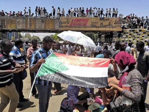 Manifestantes sudaneses diante  do quartel militarem Cartum.07 de Abril de 2019.