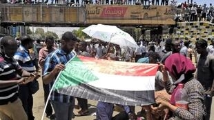 Sudanese protesters gather outside military headquarters in Khartoum, the capital, 7 April, 2019.