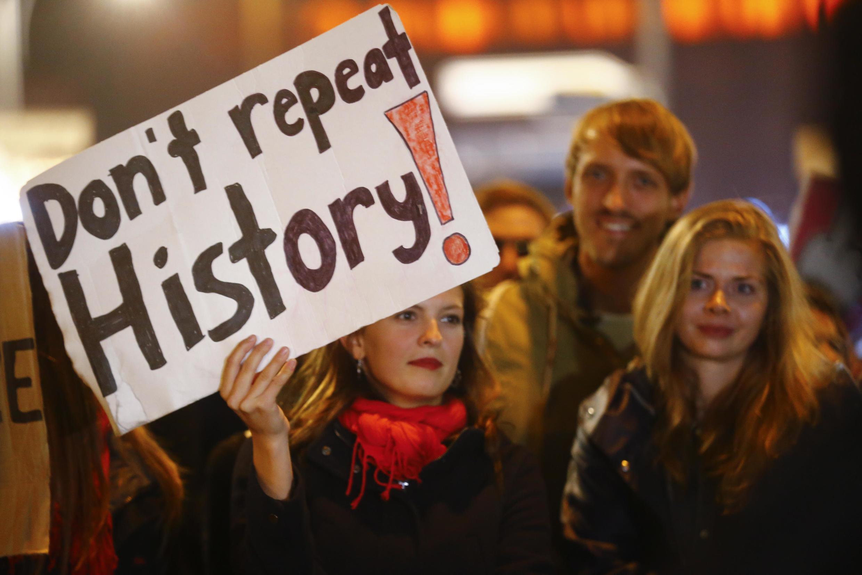 Um manifestante com um cartaz durante protesto contra o partido anti-imigração em Berlim, Alemanha, 24 de setembro de 2017.