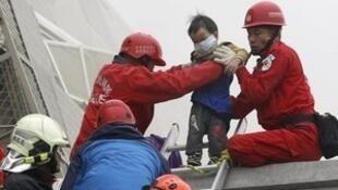 Equipes de resgate trabalham nas buscas por sobreviventes do terremoto.