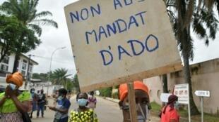 Manifestations de femmes contre un troisième mandat de Ouattara, dans le quartier de Cocody d'Abidjan, le 21 août 2020.