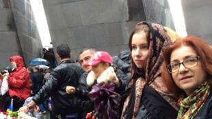 Devant la flamme éternelle au Mémorial du génocide de Erevan, le 24 avril 2015, Edith et Patricia Kéyayan, Françaises d'origine arménienne, ont fait le voyage jusqu'en Arménie pour se recueillir et honorer la mémoire de leurs ancêtres.