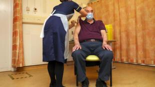 El jubilado Brian Pinker, de 82 años, recibe la vacuna contra el COVID-19 de AstraZeneca en el hospital de Churchill en Oxford, Reino Unido, el 4 de enero de 2021