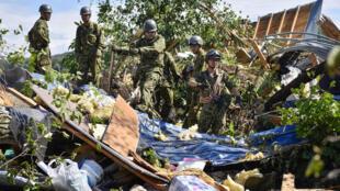 日本北海道2018年9月6日清晨發生地震。圖為自衛隊成員在某處倒塌房屋現場搜救倖存者。
