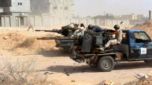 Des combattants des forces loyales au gouvernement de Tripoli affrontent le groupe Etat islamique à Syrte, le 21 juin 2016.