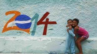 La Coupe du monde fleurit aussi les murs de Rio de Janeiro.