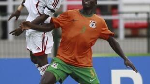 Chisamba Lungu (d) et Khalefa Ahmed lors du quart de finale entre la Zambie et le Soudan, le 4 février 2012.