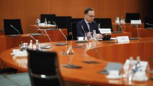 El ministro de Relaciones Exteriores de Alemania, Heiko Maas, aguarda el comienzo de la reunión semanal de gabinete el 8 de abril de 2020 en Berlín