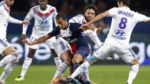 O brasileiro Lucas, do Paris St Germain, cercado por jogadores do Olympique de Lyon em jogo pela Liga 1 francesa, no estádio Parque dos Príncipes, neste domingo, 1° de dezembro de 2013.